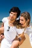 Pares que apreciam a liberdade na praia Imagem de Stock Royalty Free