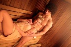 Pares que apreciam na sauna fotografia de stock