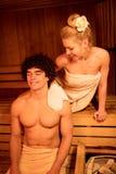 Pares que apreciam na sauna fotos de stock royalty free