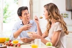 Pares que apreciam o café da manhã Fotografia de Stock