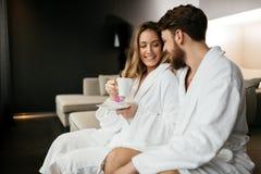Pares que apreciam o chá da manhã fotos de stock royalty free