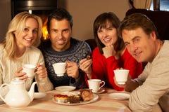 Pares que apreciam o chá e o bolo junto Imagens de Stock Royalty Free