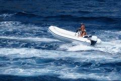 Pares que apreciam o mar do barco de motor da viagem Fotografia de Stock