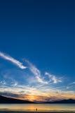 Pares que apreciam o por do sol lindo na praia Luskentyre, ilha de Harris, Escócia Fotos de Stock Royalty Free