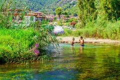 Pares que apreciam o rio de Azmak Fotografia de Stock
