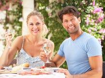 Pares que apreciam outdoorss da refeição Fotos de Stock