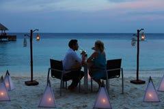 Pares que apreciam a refeição atrasada no restaurante exterior Fotos de Stock Royalty Free