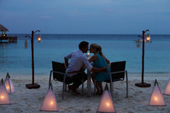 Pares que apreciam a refeição atrasada no restaurante exterior Foto de Stock Royalty Free