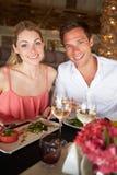Pares que apreciam a refeição no restaurante Fotos de Stock Royalty Free