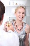 Pares que apreciam a refeição romântica Fotografia de Stock