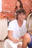 Pares que apreciam a refeição romântica Fotos de Stock