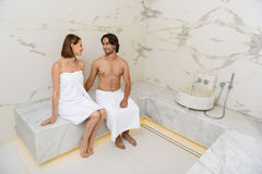 Pares que apreciam a sauna quente fotos de stock