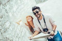Pares que apreciam sightseeing e explorar a cidade fotografia de stock