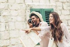 Pares que apreciam sightseeing e explorar a cidade foto de stock royalty free
