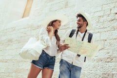 Pares que apreciam sightseeing e explorar a cidade imagens de stock royalty free