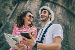 Pares que apreciam sightseeing e explorar a cidade imagem de stock