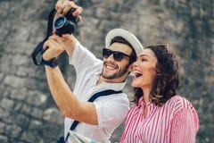 Pares que apreciam sightseeing e explorar a cidade fotos de stock royalty free