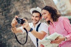 Pares que apreciam sightseeing e explorar a cidade fotos de stock