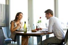 Pares que apreciam um jantar romântico para dois fotos de stock royalty free