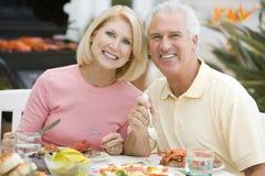 Pares que apreciam uma refeição de Barbequed Fotografia de Stock Royalty Free