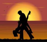 Pares que bailan el tango en la puesta del sol Foto de archivo libre de regalías