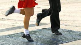 Pares que bailan paso irlandés almacen de metraje de vídeo