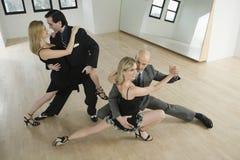 Pares que bailan tango Imágenes de archivo libres de regalías