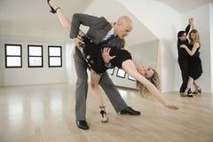 Pares que bailan tango Imagenes de archivo
