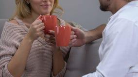 Pares que bebem a bebida quente, tendo a conversação ocasional, atmosfera confortável filme