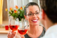Pares que bebem o vinho cor-de-rosa Fotos de Stock
