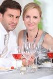 Pares que bebem o vinho cor-de-rosa Fotos de Stock Royalty Free