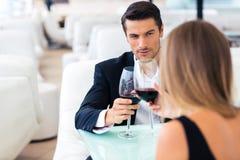 Pares que bebem o vinho vermelho no restaurante fotos de stock royalty free