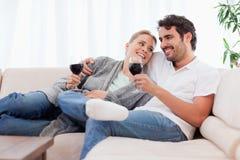 Pares que bebem um vidro do vinho vermelho imagem de stock royalty free