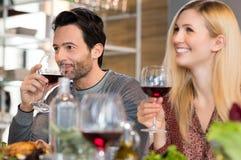 Pares que beben el vino rojo fotografía de archivo libre de regalías