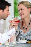 Pares que beben el vino rosado Fotos de archivo libres de regalías