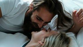 Pares que beijam na cama no quarto 4k video estoque