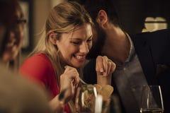 Pares que beijam no restaurante imagens de stock