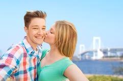 Pares que besan y que toman el selfie sobre el puente Imágenes de archivo libres de regalías