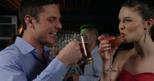 Pares que brindam vidros da cerveja e do cocktail video estoque