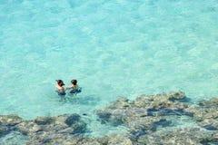 Pares que bucean en la bahía de Hanauma, Hawaii Imagenes de archivo