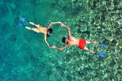 Pares que bucean en la isla de Phi Phi, Tailandia Fotografía de archivo libre de regalías
