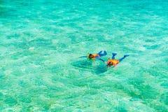 Pares que bucean en la isla tropical de Maldivas Imagen de archivo