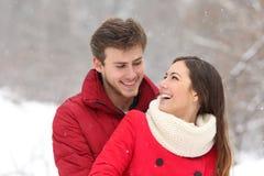 Pares que caem no amor no inverno Fotografia de Stock Royalty Free