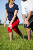 Pares que calientan para el ejercicio en verano Fotografía de archivo