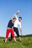 Pares que calientan para el ejercicio en verano Fotografía de archivo libre de regalías