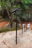 Pares que caminan abajo de las escaleras Imagen de archivo libre de regalías
