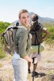 Pares que caminan atractivos que caminan en la mujer del rastro de montaña que sonríe en la cámara Foto de archivo