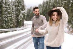 Pares que caminan cerca del bosque nevoso, espacio para el texto fotografía de archivo libre de regalías