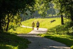 Pares que caminan en el Greenway del río de Roanoke imagenes de archivo