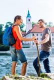 Pares que caminan en el monasterio de Danubio Weltenburg Imagenes de archivo